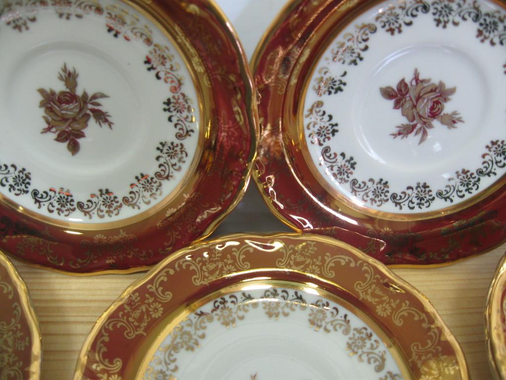 STEZA - Český porcelán, talíř dezertní 14 cm, červený listr, BOHATĚ ZLACEN